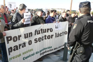 Que demandan os gandeiros e que ofrece Administración para o sector lácteo?