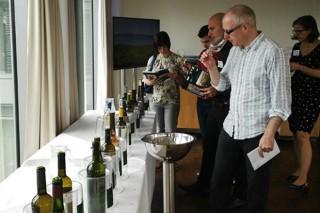 Consumo de vino: personas adultas, hombres y durante la semana