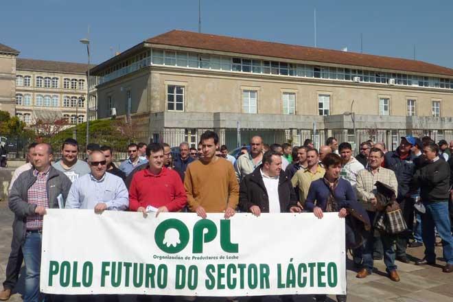 Manuel Iglesias, no centro, nunha concentración da OPL en Santiago