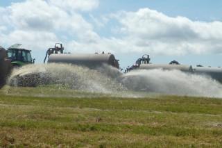 Gandeiros da OPL verten miles de litros de leite ante a decisión da industria de non llo recoller