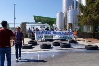 Levántase o bloqueo da industria láctea de Ávila tras un preacordo