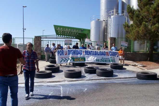 Gandeiros de Ávila bloquean a entrada a unha industria láctea