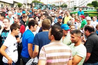 Los ganaderos acuerdan en Santiago huelga de entregas de leche y bloqueo a la distribución