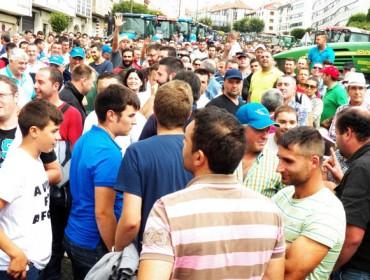 Os gandeiros acordan en Santiago folga de entregas de leite e bloqueo á distribución