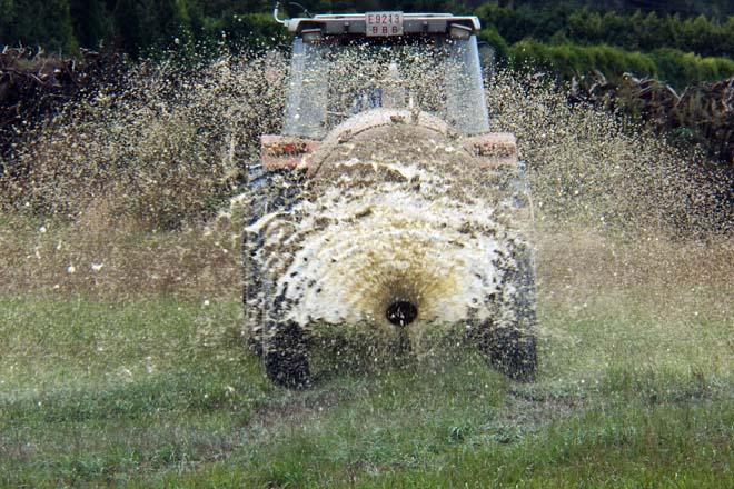 Decreto de xurros: Galicia decide permitir esparexelos mediante sistemas de abano e penalizar a aspersión con canón