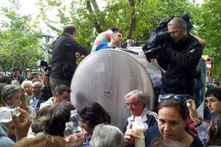 La OPL distribuirá mil litros de leche este jueves en Santiago