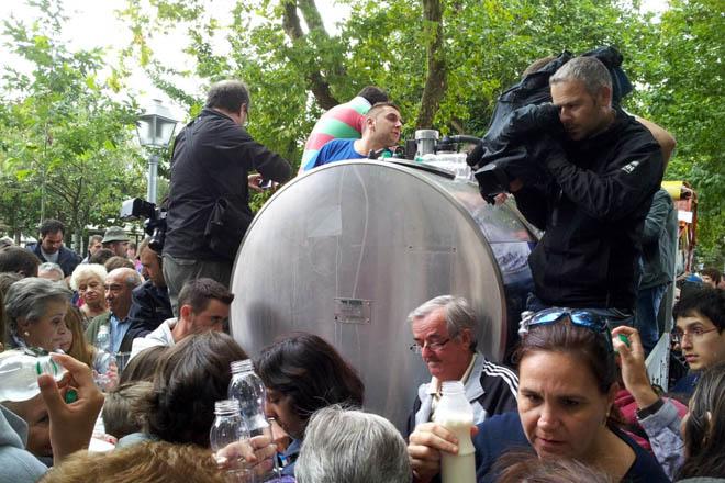 A OPL distribuirá mil litros de leite este xoves en Santiago