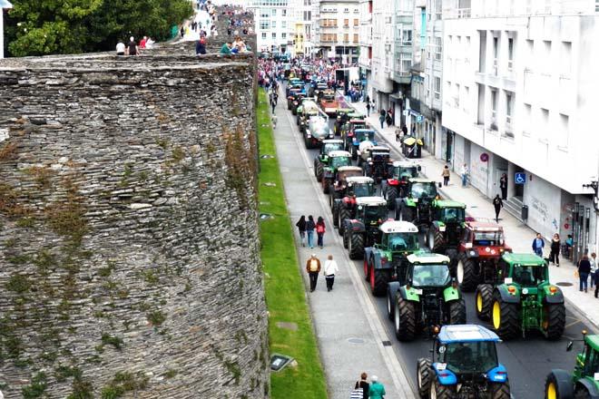 Tractores rodeando a Ronda da Muralla de Lugo a finais do 2015