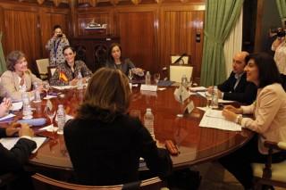 Reunión entre la conselleira del Medio Rural y la ministra de Agricultura para evaluar las medidas de apoyo al sector lácteo