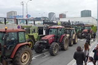 Los ganaderos mantendrán el cerco al Carrefour de A Coruña de manera indefinida