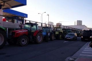 Os gandeiros manteñen o bloqueo ao Carrefour da Coruña