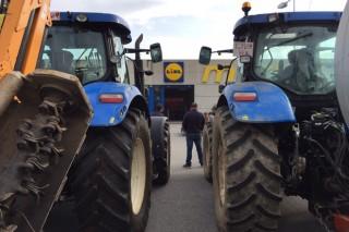 Nuevos bloqueos de los ganaderos al Lidl y al DIA de Culleredo