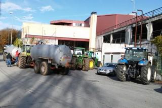 Agárdase que Carrefour inicie esta tarde negociacións cos gandeiros tras ampliarse o bloqueo a Lugo