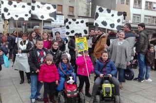 Gandeiras de Lugo maniféstanse cos seus fillos para esixir unha subida no prezo do leite