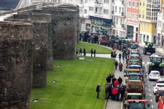 La tractorada de Lugo, multitudinaria, inicia la presión sobre la distribución