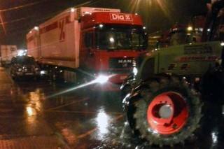 Os tractores consuman o bloqueo do centro loxístico de Dia