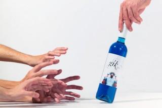 """""""Co noso viño azul queremos innovar e conectar coa xente nova"""""""
