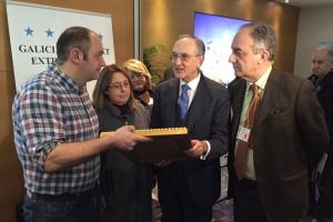O embaixador español visitando a mostra.