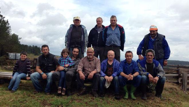 Grupo de voluntarios del monte vecinal.