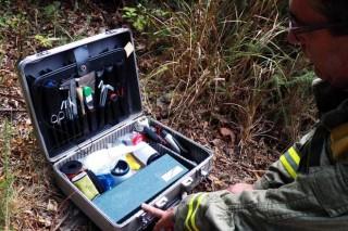 Detalle do maletín dos equipos de investigación.