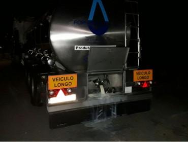 Gandeiros baleiran un camión cisterna de leite portugués en Teixeiro