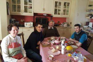 Carlos Martínez, á dereita, coa familia gandeira coa que se formou en Irlanda