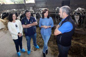 Ángeles Vázquez, acompañada pola directora xeral de Gandaría, Agricultura e Industrias Agroalimentarias, Belén do Campo, visitará unha explotación vacún de leite