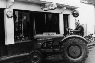 Benigno Sánchez, nun tractor Barreiros.