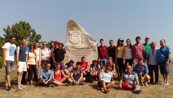 Participantes en Comunix en el monte veciñal de Salcedo.
