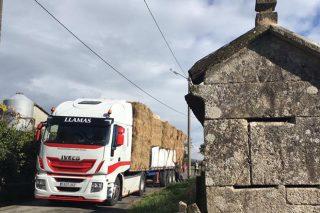 Gandeiros de Touro e de Xermade envían forraxes a ganderías do sur de Galicia afectadas polos lumes