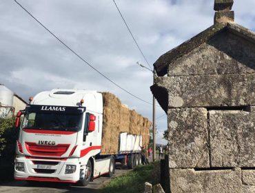 Ganaderos de Touro y de Xermade envían forrajes a ganaderías del sur de Galicia afectadas por los incendios