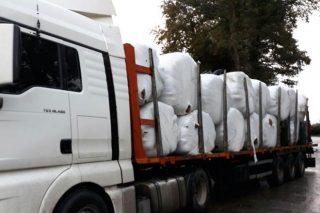 Granjas de la Terra Cha donan 35 toneladas de hierba para una ganadería de As Neves afectada por el fuego