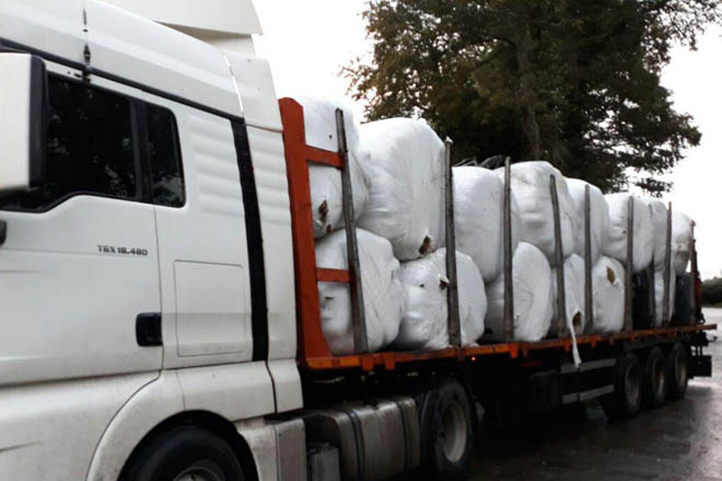 Granxas da Terra Cha doan 35 toneladas de herba a unha gandería das Neves damnificada polo lume