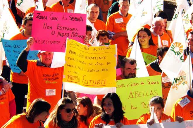 Numerosos carteis sobre a seca acompañaron a marcha da manifestación.