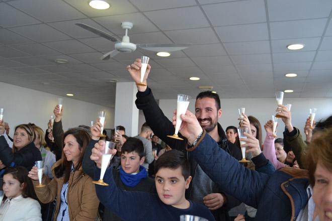 En Mazaricos despiden el año con un brindis con leche