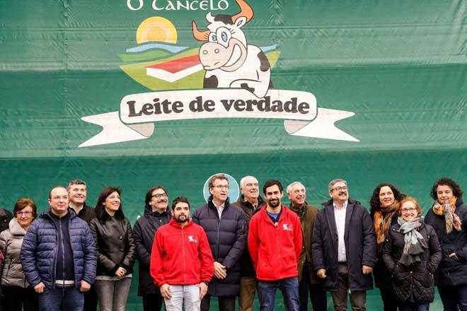 Imagen 'de familia' tras la visita del presidente de la Xunta a la granja.