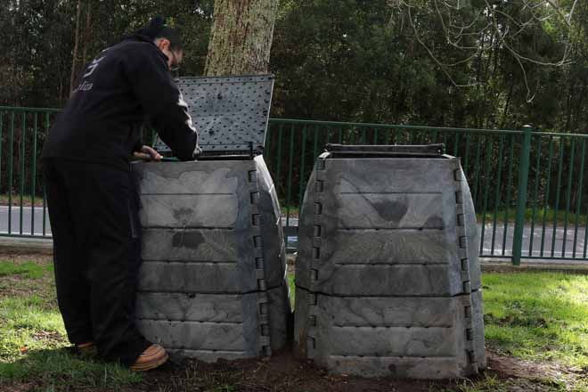 La Deputación de Pontevedra distribuirá 1.500 composteros individuales entre vecinos del rural