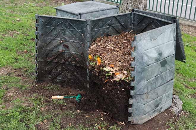 Os aportes de residuos leñosos e a biomasa forestal serven para evitar os lixiviados e malos cheiros no composteiro
