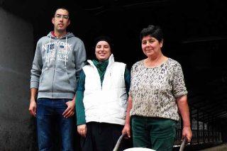 Marcos Quintas, Maricarmen Cid e Carmen Álvarez xestionan a granxa e a comercialización do leite.