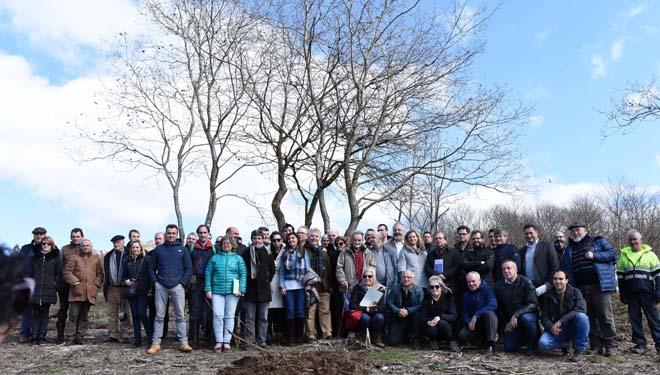 Imagen de grupo de las asociaciones de la cadena de la madera, que inauguraron el monte coincidiendo con el Día Internacional de los Bosques.