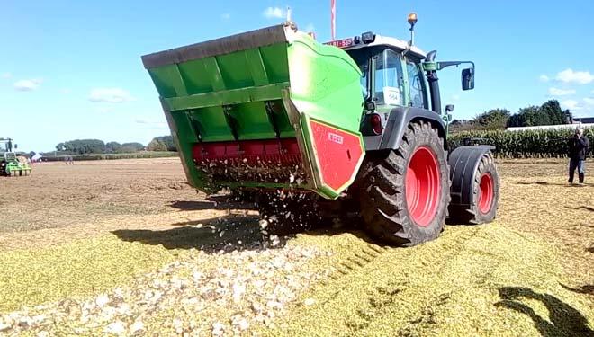 Picador de remolacha accionado pola toma de forza, preparando un silo de millo-remolacha por capas. Fabricado pola empresa belga VDW Constructie.