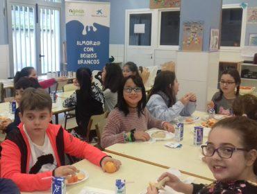 """Máis de 950 escolares aprenderon a almorzar con leite grazas a AGACA e Obra Social """"la Caixa"""""""