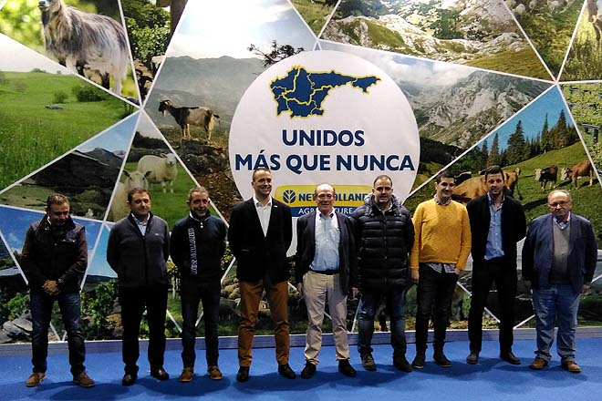 O director de New Holland España, Riccardo Angelini, no centro, cos concesionarios galegos.