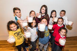 """Comeza a campaña solidaria """"Ningún neno sen bigote"""" para que toda a infancia poda desfrutar do leite"""
