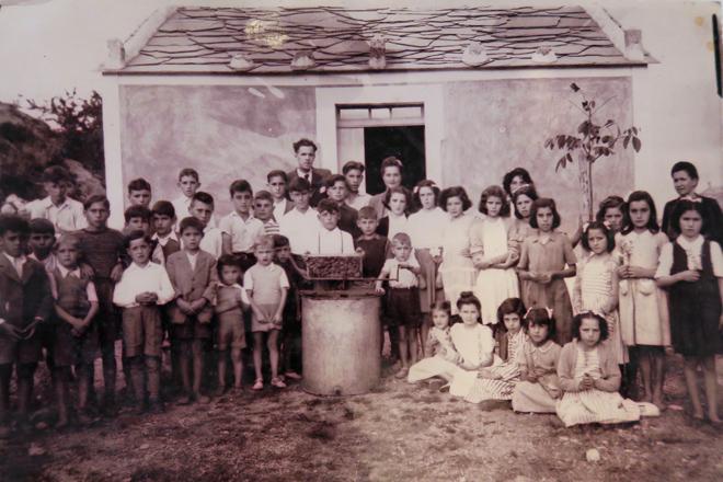 O mestre Jesús Rodríguez con escolares do Valadouro