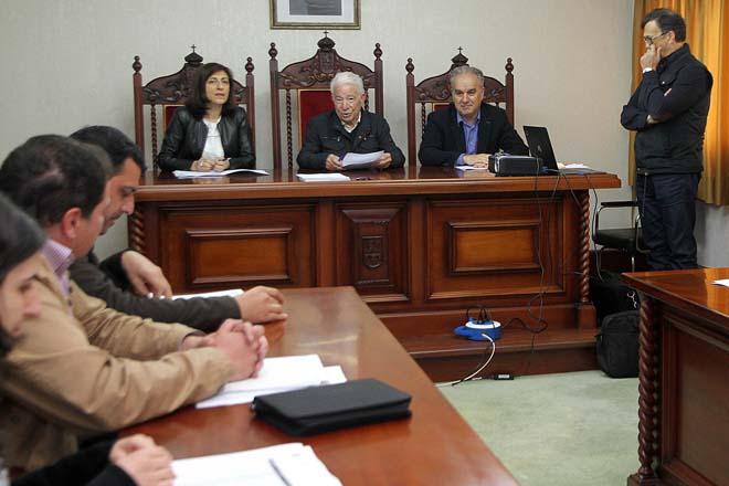 A conselleira co alcalde de Dozón, Adolfo Campos, e Antonio Crespo á dereita.