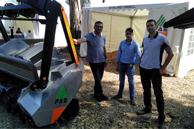 José Ángel Millares, á esquerda, co equipo da empresa que participa estes días en Galiforest.