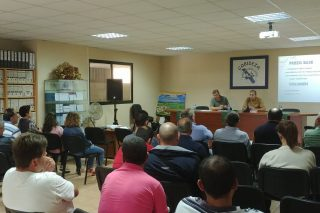 A asemblea de Cobideza renova o contrato con Reny Picot e presenta a súa nova empacadora de herba seca