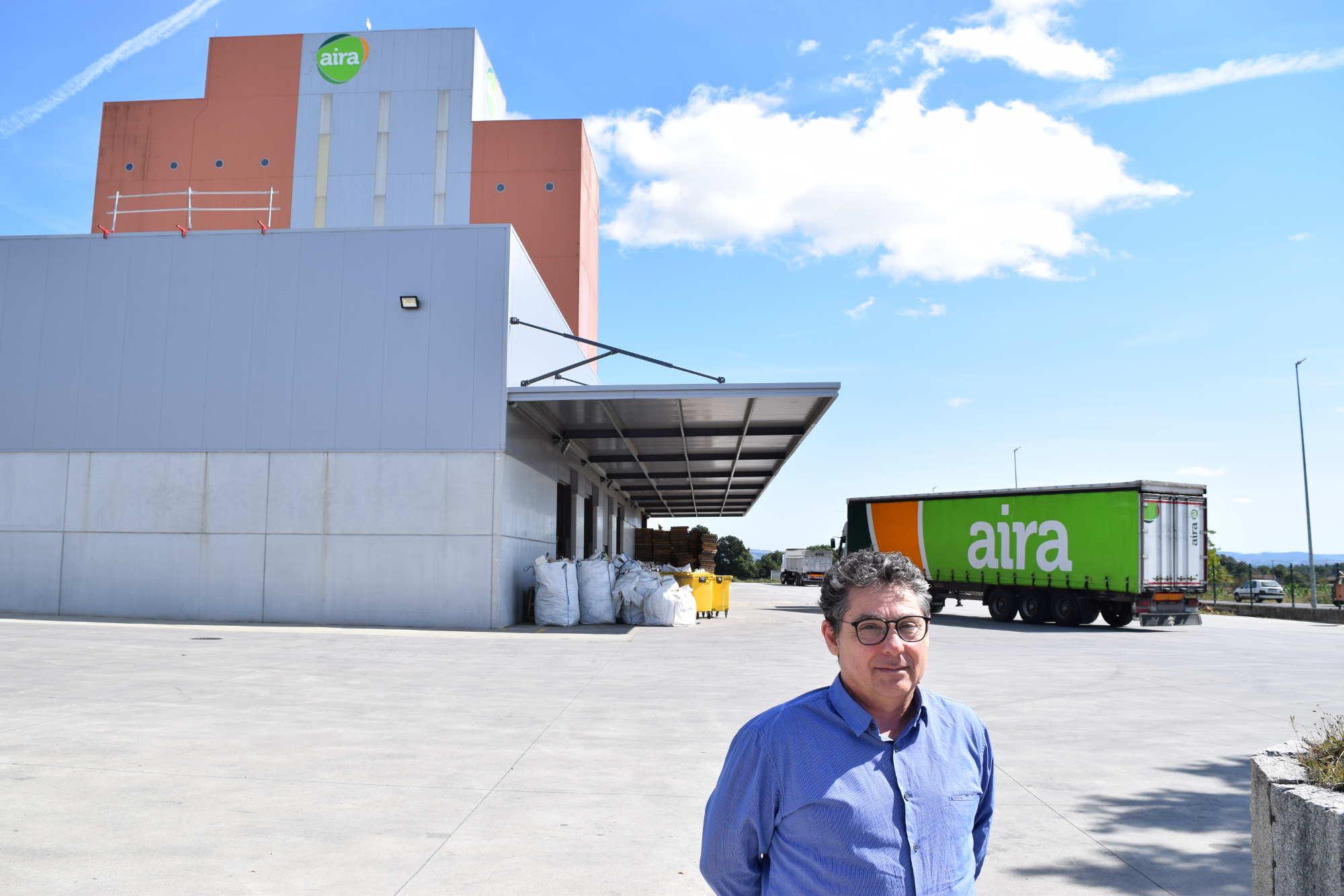 Daniel Ferreiro en la fábrica de piensos de AIRA en Taboada