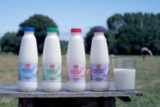 Lidl prevé que las ventas de su leche fresca de pastoreo suban hasta un 30%
